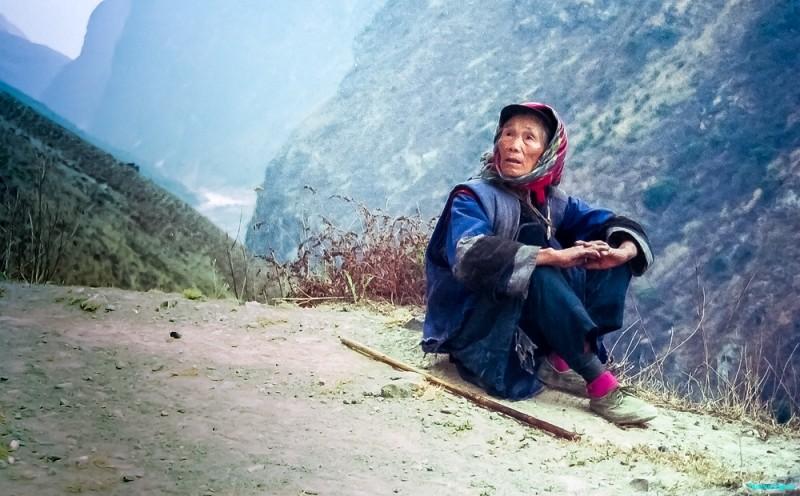 Elderly traveller taking a break, Tiger Leaping Gorge © Carl Welsby