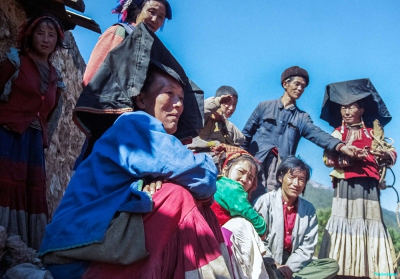 A family from the Yi minority in Southeastern China © Carl Welsby